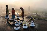 INDIEN Jharia Siedlungen muessen brennenden Kohlefloezen und dem Abbau der BCCL Ltd weichen | .INDIA Jharkhand Jharia, smoking underground coalfield of BCCL Ltd. affect villages around Jharia