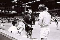 Connors en Lendl krijgen van de Umpire te horen dat ze direct de zaal moeten verlaten i.v.m. een bommelding, zij vertroken in tenniskleding vanaf Zestienhoven naar Londen