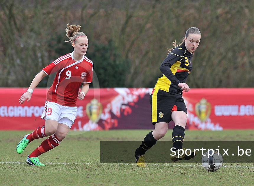 Denmark U17 - Belgium U17 : Tine De Caigny aan de bal voor Sarah Hansen (links).foto DAVID CATRY / Vrouwenteam.be