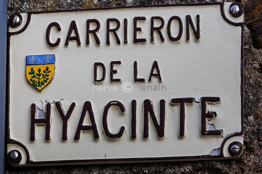 France, Cantal (15), Marcolès, intérieur du village médiéval // France, Cantal, Marcoles, inside the medieval village,street sign
