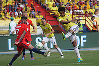 BARRANQUILLA -COLOMBIA, 10-NOVIEMBRE-2016. Abel Aguilar (Der.) jugador de Colombia disputa el balón con Oscar Opazo (Izq.) de Chile durante el  encuentro  por las eliminatorias al mundial de Rusia 2018  disputado en el estadio Metropolitano Roberto Meléndez de Barranquilla./ Abel Aguilar (L) Colombia player fights for the ball withOscar Opazo(R) of Chile during the qualifying match for the 2018 World Championship in Russia Metropolitano Roberto Melendez stadium in Barranquilla . Photo:VizzorImage / Felipe Caicedo  / Staff