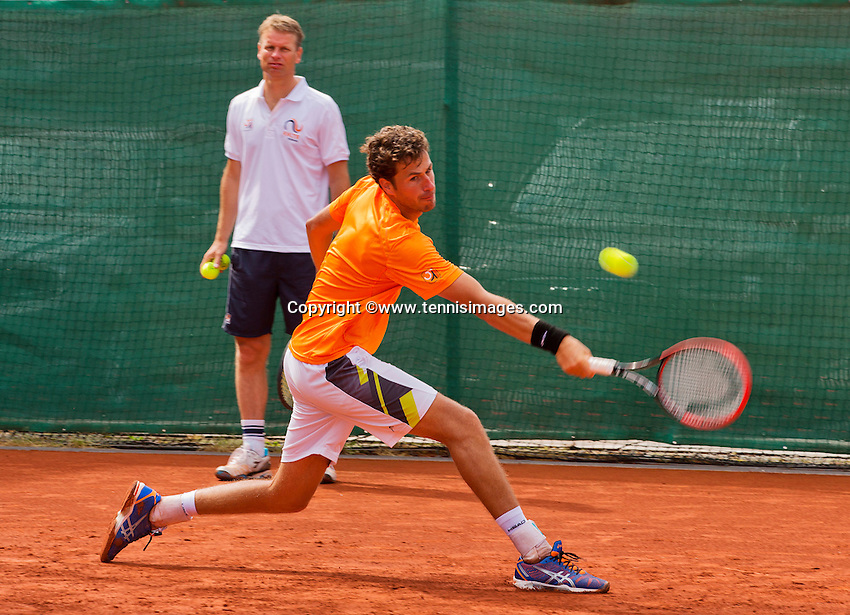 Austria, Kitzbuhel, Juli 14, 2015, Tennis, Davis Cup, Training Dutch team, Robin Haase with in the background captain Jan Siemerink<br /> Photo: Tennisimages/Henk Koster
