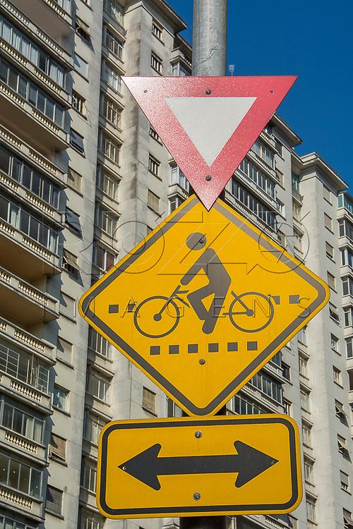 Placas de tr&acirc;nsito: d&ecirc; a prefer&ecirc;ncia e tr&acirc;nsito de ciclistas<br /> sentido duplo<br /> de circula&ccedil;&atilde;o, S&atilde;o Paulo - SP, 07/2016.