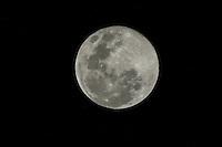 SAO PAULO - 2014.08.10 - Super Lua vista do bairro do Ipiranga. Na noite deste domingo (10), a Lua aparece maior no céu, o fenômeno chamado de Super Lua acontece porque o satélite natural está mais próximo da Terra do que o comum. (Foto: AMAURI NEHN/BRAZIL PHOTO PRESS)