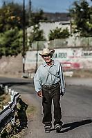 Mario Miranda originario del ejido  San Clemente de Terapa cruza el pueblo de Moctezuma en la Sierra de Sonora, va con rumbo a Huasabas donde dice hay ofertas de trabajo de la tierra.