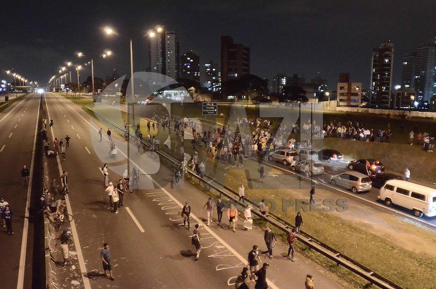 SAO PAULO, SP, 21 de junho 2013-Um grupo de manifestantes protestaram contra o aumento da tarifa de onibus em Sao Bernardo do Campo ABC.No portesto fecharam a Via Anchieta no km 18 no dois sentidos ADRIANO LIMA / BRAZIL PHOTO PRESS).