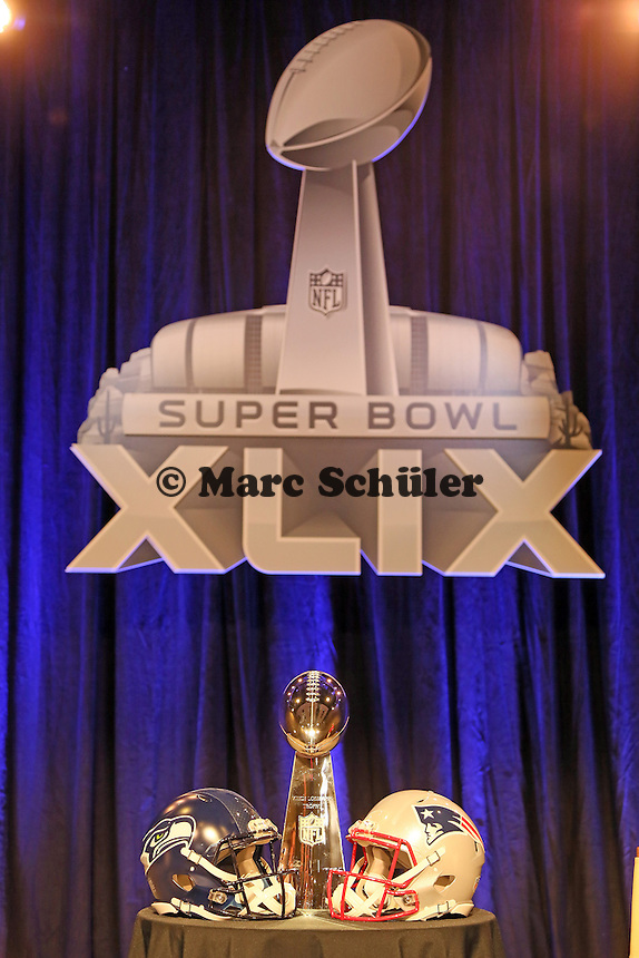 Helme der Seattle Seahawks und New England Patriots mit der Vince-Lombari-Trophy des Super Bowl Siegers - Gemeinsame Team Pressekonferenz Super Bowl XLIX, Convention Center Phoenix