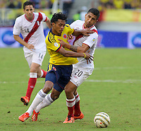BARRANQUILLA - COLOMBIA 11-06-2013. Juan Cuadrado (I) de Colombia disputa el balón con Josepmir Ballon (D) de Perú durante partido de las clasificatorias al mundial de fútbol Brasil 2014 realizado en el estadio Metropolitano de la ciudad de Barranquilla./ Juan Cuadrado (L) of Colombia fights for the ball with Josepmir Ballon (R) of Peru during qualification match for the World Cup Brazil 2014 at Metropolitano stadium in Barranquilla.Photo: VizzorImage/STR
