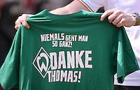 Fussball 1. Bundesliga   Saison  2012/2013   34. Spieltag   1. FC Nuernberg - SV Werder Bremen       18.05.2013 Das Team vom SV Werder Bremen bedankt sich per Aufwaerm T-Shirt; Niemals geht man so ganz! Danke Thomas! bei ihrem Ex-Trainer Thomas Schaaf