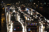 BOGOTA-COLOMBIA-5-02-2013 . Tráfico pesado por lluvia . heavy traffic because of the rain. ( Photo / VizzorImage / Felipe Caicedo / Staff)..