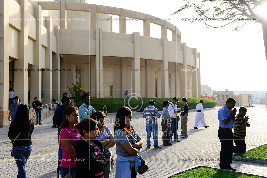 QATAR, Doha, religious complex with churches, filipino migrant worker going to mass on friday / KATAR, Doha, Religionskomplex mit Kirchen am Stadtrand, katholische Kirche, philippinische Gastarbeiter in Tagalog Messe am Freitag