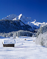 Germany, Bavaria, Upper Bavaria, Werdenfelser Land: Winter scenery with Wetterstein Mountains and Zugspitzmassiv (Zugspitze Mountain)