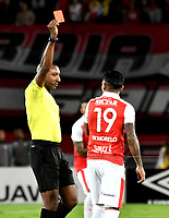 BOGOTÁ - COLOMBIA, 06-05-2018: Gustavo Murillo (Izq.), arbitro, muestra tarjeta roja a Wilson Morelo (Der.), jugador de Independiente Santa Fe, durante partido de la fecha 19 entre Independiente Santa Fe y Millonarios, por la Liga Aguila I 2018, en el estadio Nemesio Camacho El Campin de la ciudad de Bogota. / Gustavo Murillo (L), referee, shows red card to Wilson Morelo (R) player of Independiente Santa Fe, during a match of the 19th date between Independiente Santa Fe and Millonarios, for the Liga Aguila I 2018 at the Nemesio Camacho El Campin Stadium in Bogota city, Photo: VizzorImage / Luis Ramírez / Staff.