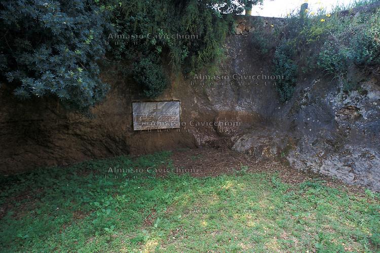 APR 2002, ARGOSTOLI (Cefalonia): localita' San Teodoro, fossa dove furono gettati i corpi di 136 ufficiali italiani trucidati alla casetta rossa.APR 2002, ARGOSTOLI (Cephalonia): San Teodoro, mass grave where the bodies  of 136 Italian officers killed in the red house were thrown