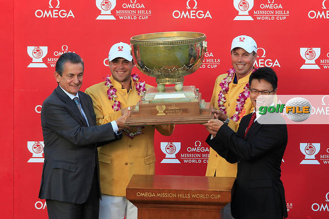 Gary Woodland and Matt Kuchar of USA presented with their World Cup jackets during the prizegiving of the Omega Mission Hills World Cup played at The Blackstone Course, Mission Hills Golf Club on November 27th in Haikou, Hainan Island, China..Picture Phil Inglis www.golffile.ie