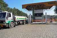 SAO PAULO, SP, 09 MARÇO DE 2012 _Caminhao caregado de combustivel deixa o Patio da empresa TESPA localizado na AvAlmirante Delamari, lotado de caminhoes tanques que espara para serem abastecido. esta programando para o final de semana uma forca tarefa para abastecerem todos os postos de gasolina (FOTO: ADRIANO LIMA - BRAZIL PHOTO PRESS)