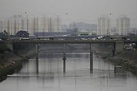 SÃO PAULO, SP, 21 JANEIRO DE 2013  - CLIMA TEMPO SP - Garoa fina, céu encoberto de nuvens carregadas, na manhã dessa segunda-feira, 28, região do Bom Retiro, zona central da capital -   FOTO LOLA OLIVEIRA - BRAZIL PHOTO PRESS