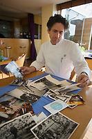Europe/France/Provence-Alpes-Côte d'Azur/13/Bouches-du-Rhône/Marseille: Le Petit Nice, 160, corniche Kennedy Gérald Passédat  contemple les photos  anciennes  de sa  maison,trois générations d'hoteliers restaurateurs[ (Photo d'Archive: 2006)