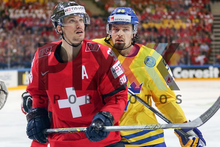 Schwedens Lander, Anton (Nr.58) im Zweikampf mit Schweizs Josi, Roan (Nr.90)  im Spiel IIHF WC15 Schweiz vs. Schweden.<br /> <br /> Foto &copy; P-I-X.org *** Foto ist honorarpflichtig! *** Auf Anfrage in hoeherer Qualitaet/Aufloesung. Belegexemplar erbeten. Veroeffentlichung ausschliesslich fuer journalistisch-publizistische Zwecke. For editorial use only.