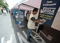BOGOTÁ -COLOMBIA. 25-05-2014. Colombianos buscan su puesto de votación durante la jornada de elecciones Presidenciales en en Colombia que se realizan hoy 25 de mayo de 2014 en todo el país./ Colombian people search their vota table during the day of Presidential elections in Colombia that made today May 25, 2014 across the country. Photo: VizzorImage/ Gabriel Aponte / Staff