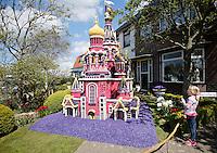 Bloemendagen in Limmen.Bewoners maken bloemmozaieken in hun tuin of straat. In deze tuin staat de Bloedkerk uit Sint Petersburg, gemaakt van gaas en hyacinten.
