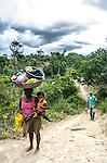 Comunidade de Jerusalém, município de Rubim na região do baixo Jequitinhonha, Norte de Minas Gerais. Nessa região é possível encontrar três tipos de biomas: caatinga, cerrado e mata atlântica. A ASA Brasil, Articulação no Semiárido Brasileiro, tem implementado em diversas comunidades no Norte de Minas o Programa Uma Terra e Duas Águas (P1+2) e o Programa Um Milhão de Cisternas (P1MC) que tem como objetivo viabilizar a captação e armazenamento de água de chuva nessas comunidades para consumo humano, criação de animais e produção de alimentos. Entre os parceiros para implementação dos projetos tem destaque na região a Cáritas Diocesana de Almenara. Mutirão para construção de calçadão, também conhecido como terreirão. Teresa Oliveira de Jesus e Jonas Lucas Oliveira. Ao fundo, Agenor Gomes de Souza..