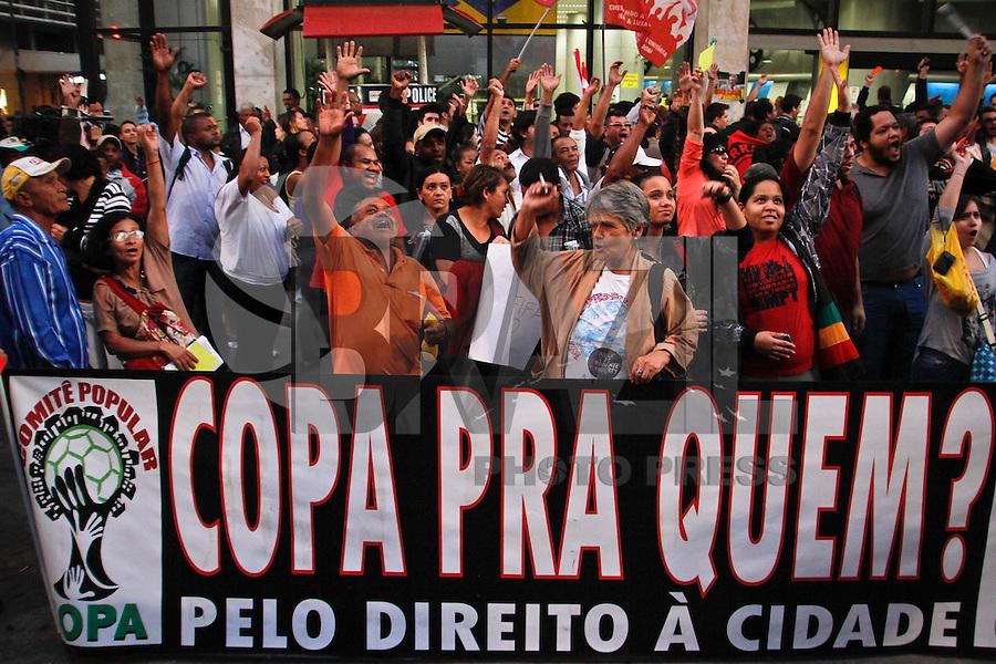 SAO PAULO, 14 DE JUNHO DE 2013 - PROTESTO COPA - Integrantes de diversos movimentos por moradia, educação e saúde fazem protestam contra a Copa do Mundo no Brasil, na tarde desta sexta feira, 14, no vão livre do Masp, Avenida Paulista, região central da capital.FOTO ALE VIANNA - BRAZIL PHOTO PRESS