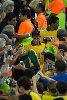 RIO DE JANEIRO, 30.06.2013 - COPA DAS CONFEDERAÇÕES - FINAL - BRASIL X ESPANHA - Neymar (C) do Brasil durante partida contra a Espanha na final da Copa das Confederações Estádio do Maracanã, na zona norte do Rio de Janeiro, neste domingo, 30. (Foto: Agustin Cuevas / Brazil Photo Press).