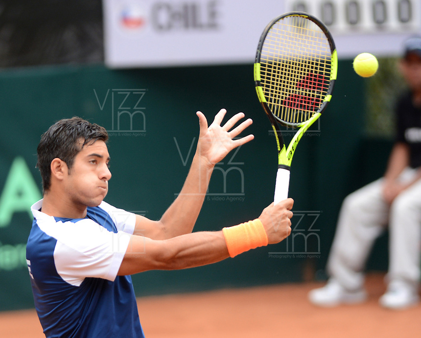 MEDELLIN - COLOMBIA - 09 - 04 - 2017: Christian Garín, de Chile, devuelve la bola a Santiago Giraldo de Colombia, durante partido de la serie final de partidos en el Grupo I de la Zona Americana de la Copa Davis, partidos entre Colombia y Chile, en Country Club Ejecutivos de la ciudad de Medellin. / Christian Garín, of Chile, returns the ball Santiago Giraldo of Colombia during a match to the final series of matches in Group I of the American Zone Davis Cup, match between Colombia and Chile, at the Country Club Executives in Medellin city. Photo: VizzorImage / Leon Monsalve / Cont.