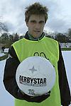 Ivan Klasnic - dreimal die Woche zur Blutwaesche - so lautet die Diagnose beim ehemaligen Werder Stuermer. Ivan ist auf eine neue Niere angwiesen - die von seinem Vater 2007 transplantierte Niere arbeitet nicht mehr. Nun wartet er auf eine neue Niere<br /> Archiv aus: <br />  BL 2003/2004 - Training Werder Bremen<br /> Ivan Klasnic praesentiert den neuen Ball -  Derby Star Brilliant.<br /> Foto © nordphoto -  <br /> <br />  *** Local Caption *** Foto ist honorarpflichtig! zzgl. gesetzl. MwSt.<br />  Belegexemplar erforderlich<br /> Adresse: nordphoto<br /> Georg-Reinke-Strasse 1<br /> 49377 Vechta