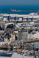 Europe/France/Normandie/Basse-Normandie/50/Manche/Cherbourg: vue sur la ville et le port depuis le Fort du Roule  - L'Arsenal  et le Fort de l'Ouest  et la DCNS // Europe/France/Normandie/Basse-Normandie/50/Manche/Cherbourg: elevated Cherbourg city view from the Fort du Roule