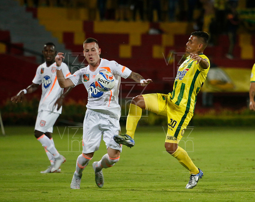 BUCARAMANGA-COLOMBIA,14 -10-2018.Cesar Quintero  (Der.) del Atlético Bucaramanga disputa el balón con Santiago Jiménez (Izq.)  del Envigado durante partido por la fecha 14 de la Liga Águila II 2018 jugado en el estadio Alfonso López de la ciudad de Bucaramanga./Cesar Quintero (R) player of Atletico Bucaramanga  fights for the ball with Santiago Jimenez(Izq.) of Envigado during the match for the date 14 of the Aguila League II 2018 played at Alfonso Lopez  stadium in Bucaramanga city. Photo: VizzorImage/ Oscar Martínez / Contribuidor