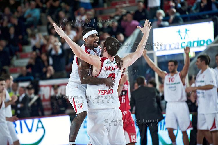 Teramo 04-12-2011 Campionato di Lega A1 Basket 2011/2012: TERAMO BASKET VS SCAVOLINI SIVIGLIA TERAMO. L'ESULTANZA DI BROWN DANIEL E AMOROSO  VALERIO DEL TERAMO