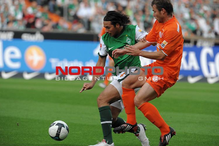 FBL 09/10  07. Spieltag Hinrunde / Weser Stadion<br /> Werder Bremen - Mainz05<br /> <br /> Claudio Pizarro ( Bremen #24 ) gegen Florian Heller (Mainz #16)<br /> <br /> Foto &copy; nph ( nordphoto )