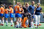 BLOEMENDAAL - coach Teun de Nooijer (Bldaal) met Edith Kartsen (manager) na de tweede Play Out wedstrijd hockey dames, Bloemendaal-MOP (5-1)  COPYRIGHT KOEN SUYK