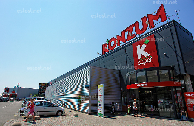 KROATIEN, 06.2013, Rijeka. &copy; Petar Kurschner/EST&amp;OST<br /> Kroatische Supermarktkette Konzum. | Croatian supermarket chain Konzum.