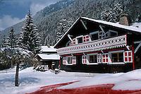 Europe/France/Rhône-Alpes/74/Haute Savoie/Env de Morzine: Chalet rouge et blanc dans la vallée de la Manche en Hiver - Couleurs de la Savoie