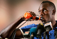 Il velocista giamaicano Usain Bolt beve un integratore durante una conferenza stampa a Roma, 24 maggio 2011, in occasione della sua partecipazione al Compeed Golden Gala Diamond League di atletica leggera in programma allo stadio Olimpico il 26 maggio..Jamaican sprinter Usain Bolt drinks a sports drink a press conference in Rome, 24 may 2011, ahead of his taking part to the athletics Compeed Golden Gala Diamond League meeting scheduled at the Olympic stadium on may 26..UPDATE IMAGES PRESS/Riccardo De Luca