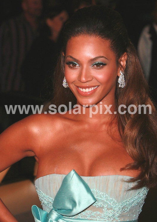 ALL ROUND PICTURES FROM SOLARPIX.COM.Following recent rumours in the press regarding supposed breast enlargement surgery, does this unsightly scar seen on Beyonce Knowles right breast add fuel to the fire? The stunning singer's normally unblemished skin appeared marked with a nasty scar when she attended the Dreamgirls Movie Premiere in Los Angeles on 11.12.06.  Job Ref: 3160/PHZ..MUST CREDIT SOLARPIX.COM OR DOUBLE FEE WILL BE CHARGED.