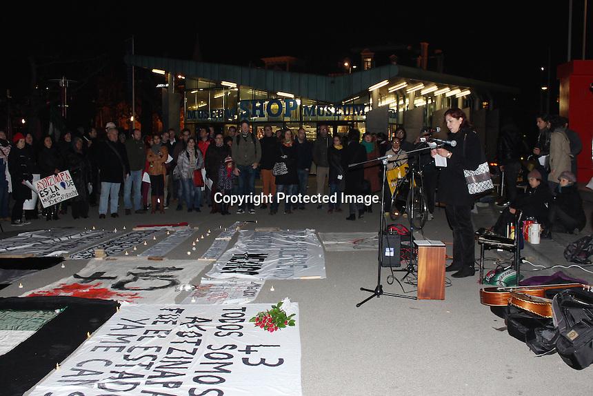 Amsterdam,Pa&iacute;ses Bajos, 20 de Noviembre de 2014.-Un centenar de estudiantes y ciudadanos independientes mexicanos y holandeses se reunieron esta tarde frente a la plaza Museumplein de Amsterdam, part&iacute;cipando en las protestas que se llevan a cabo en solidaridad con Ayotzinapa y todos los desaparecidos por la violencia en M&eacute;xico.<br /> <br /> Esta protesta forma parte de las acciones que se llevan acabo en el M&eacute;xico y en el extranjero.<br /> <br /> Foto: Especial/ Obture