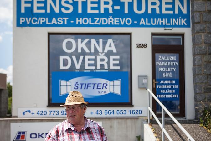 Aussenbereich der ehemaligen Grenzstation in Dolni Dvoriste. Der frühere Zöllner Miroslav Schwarz erläutert, wie das Gelände zu seiner Dienstzeit aussah.