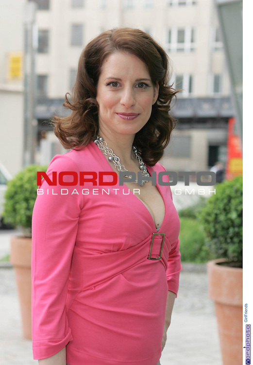 Foto-Call zur ZDF-Serie &quot;GirlFriends&quot;, 7. Staffel<br /> <br /> Am Motiv  &quot;Townhouse&quot;:<br />  Stefanie HŲner (Britt Schmitt)<br /> <br /> <br /> Foto &copy; nordphoto / Sarbach<br />  *** Local Caption *** Foto ist honorarpflichtig! zzgl. gesetzl. MwSt.<br />  Belegexemplar erforderlich<br /> Adresse: nordphoto<br /> Georg-Reinke-Strasse 1<br /> 49377 Vechta