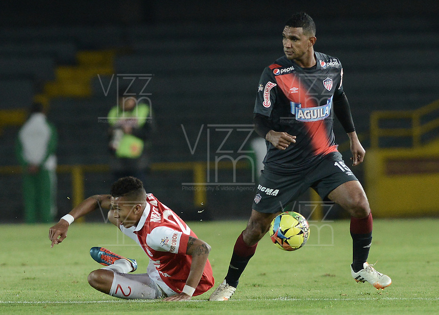 BOGOTÁ -COLOMBIA, 30-10-2014. Francisco Meza (Izq) jugador de Independiente Santa Fe disputa el balón con Luis Narvaez (Der) jugador de Atlético Junior durante partido de vuelta por la semifinal de la Copa Postobón 2014 jugado en el estadio Nemesio Camacho El Campín de la ciudad de Bogotá./ Francisco Meza (L) player of Independiente Santa Fe vies for the ball with Luis Narvaez (R) player of Atletico Junior during second leg match for the semifinal of Postobon Cup 2014 played at Nemesio Camacho El Campin stadium in Bogotá city. Photo: VizzorImage/ Gabriel Aponte / Staff