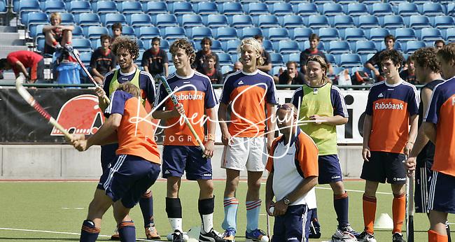 NLD-20050831-Leipzig-EK HOCKEY : Oranje trainde woensdag voor de laatste poulwedstrijd, donderdag tegen de Spanjaarden, die op de achtergrond toekeken.