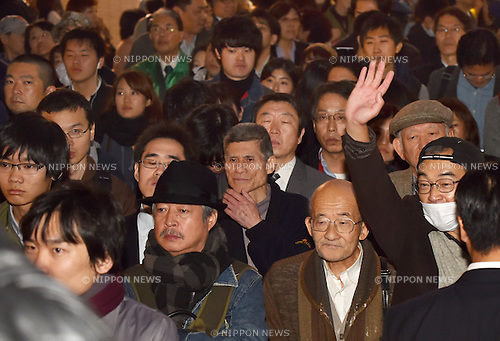 November 28, 2014, Tokyo, Japan - Voters listen to Japan's Prime Minister Shinzo Abe as he makes his appeal for support in his first street rally since dissolving the Diet at Tokyo's Shinjuku railroad station on Friday, November 28, 2014. Japanese voters go to the polls on December 14 in a general election.  (Photo by Natsuki Sakai/AFLO) AYF -mis-