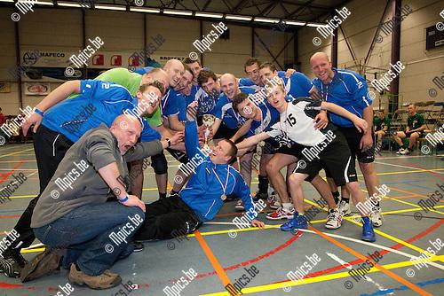 2012-04-07 / volleybal / seizoen 2011-2012 / Finale Beker van Antwerpen Booischot- Nijlen / Nijlen viert de bekerwinst tegen Booischot.