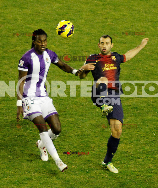 Real Valladolid's Manucho (l) and FC Barcelona's Javier Mascherano during La Liga match.December 22,2012. (ALTERPHOTOS/Acero) /NortePhoto