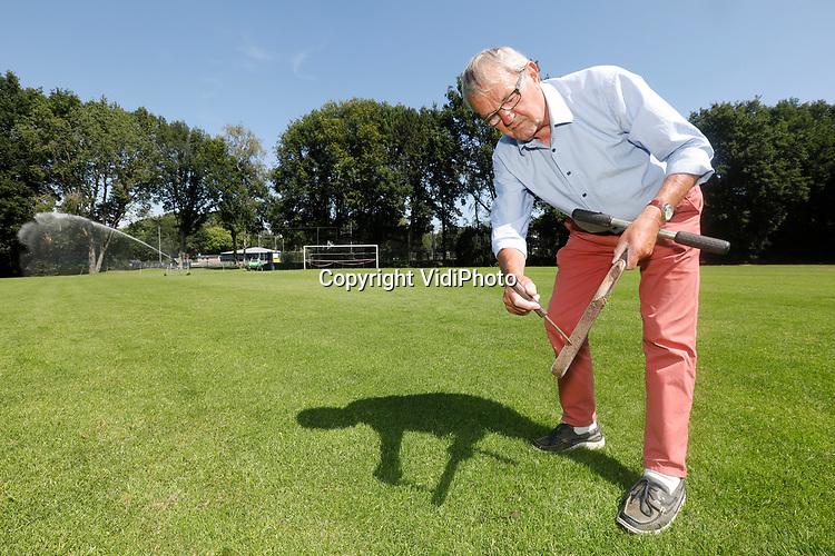 Foto: VidiPhoto<br /> <br /> WAGENINGEN – Wetenschapper Aad van Wijk, gespecialiseerd in bodemonderzoek van sportvelden, aan het werk op sportpark De Zoom in Wageningen.