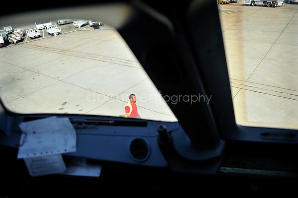 copyright : magali corouge / Documentography.10/06/09.Me?tier : Pilote..Au decollage, l'avion a besoin de faire marche arriere. C'est une sorte de camion qui le pousse commande? par un personnel au sol se trouvant a? l'exterieur du camion.