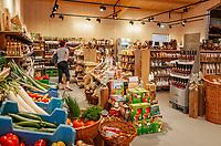 Germany, Baden-Wurttemberg, Black Forest, Berghaupten near Gengenbach: Marktscheune - farmer's market selling local products | Deutschland, Baden-Wuerttemberg, Schwarzwald, Berghaupten bei Gengenbach im Ortenaukreis: die Marktscheune - Bauernmarkt mit Produkten aus der Region